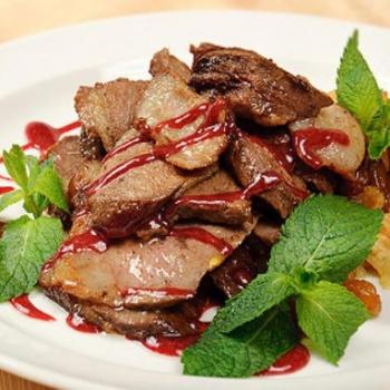 Утка по-пекински в кисло-сладком китайском соусе, фаршированная картофелем и грецкими орехами с овощами по-французски  на гриле